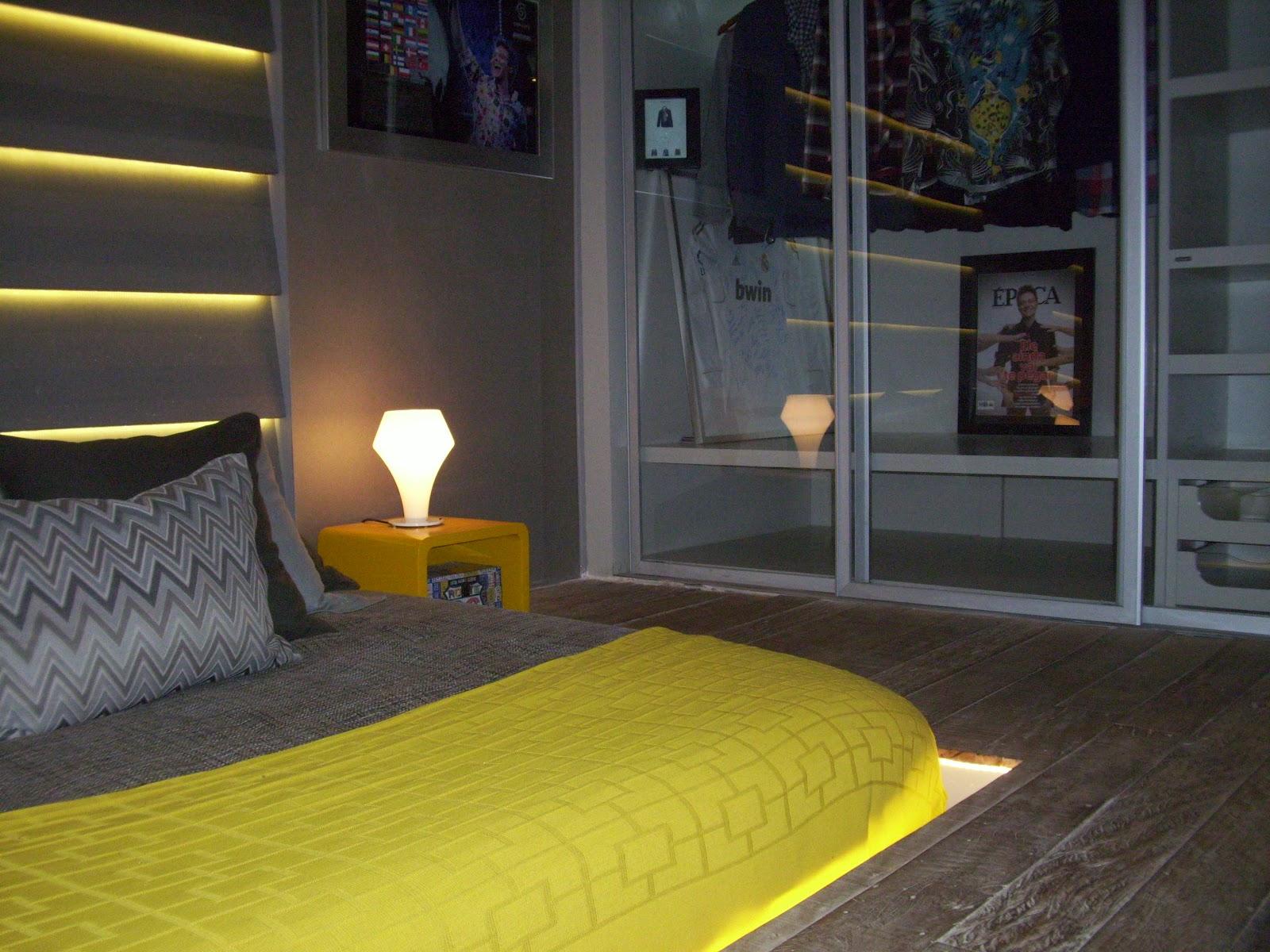 Um painel fotográfico compunha a decoração da circulação do Loft. #AC9A1F 1600x1200 Banheiro Com Pastilhas Amarelas