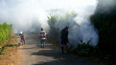 Peserta kewalahan ketika harus berhadapan dengan asap hasil pembakaran sampah.
