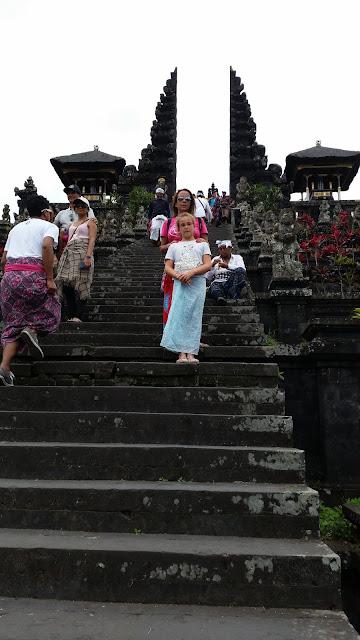Macarenas en la escalera de Pura Penataran