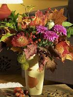 Ваза с цветя и есенни листа