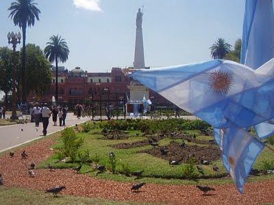 bandera argentina en Plaza de Mayo