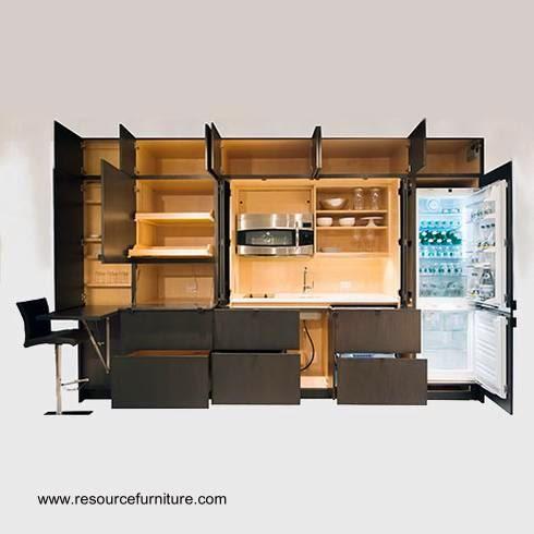 Mueble de pared abierto muestra una cocina