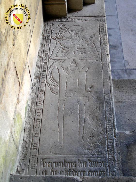 Toul - Cathédrale Saint-Etienne : Pierre tombale du cloître