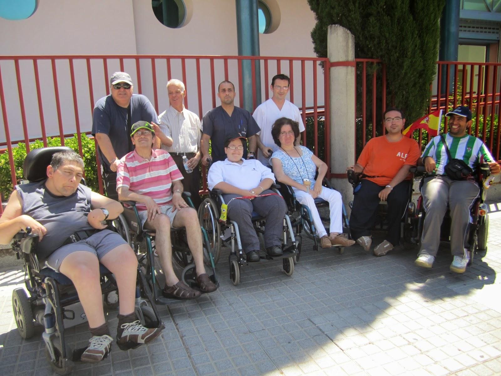 En la puerta de la Unidad de día de FEPAMIC se fotografían 8 de los participantes junto con las 3 personas que han ayudado durante la salida.