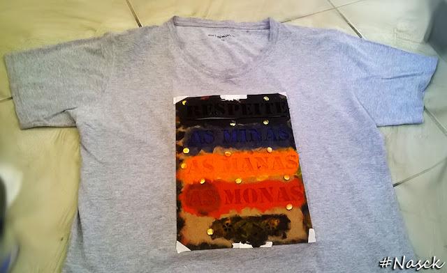Stencil Respeite as Minas as Manas as Monas pintando a camiseta