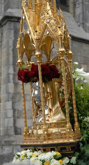 Relicário da cabeça de Santa Waldetrudis na procissão