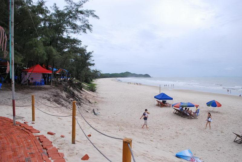 Bãi cát trắng mịn của bãi Biển Sơn Hào, đảo Quan lạn