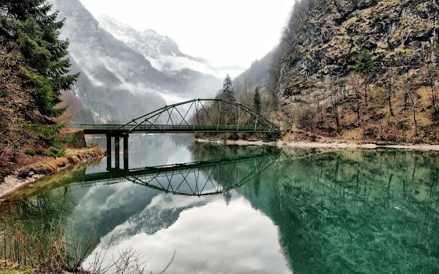 Puente en el Bosque Paisajes Naturales de Italia
