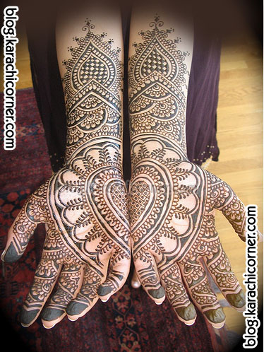Arabic mehndi in which the pattern is drawn to one side of the hand