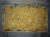 Пицца домашняя:  Посыпать твердым сыром