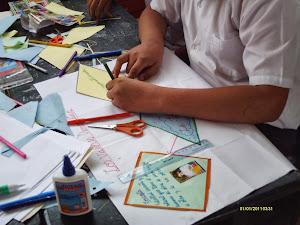 Alumnos haciendo un papelógrafo sobre valores