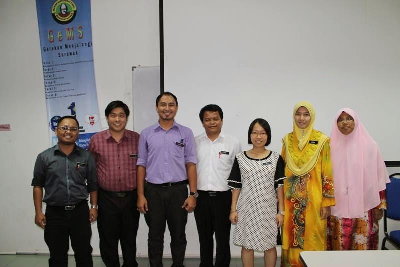 Cikgu Hailmi bergambar kenangan dengan guru-guru Sains SMK Bawang Assan