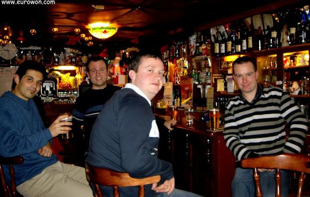 Bebiendo pintas en un pub irlandés de Scariff