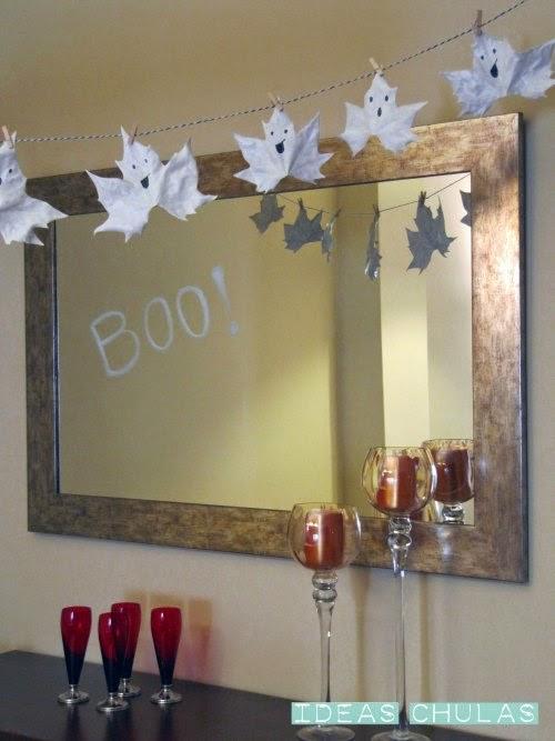 Guirnalda Halloween de fantasmas decorando una casa
