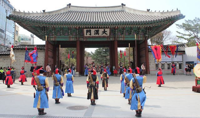 Guardias frente a la entrada principal del palacio Deoksugung
