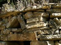 Detall de la zona de la llinda de l'entrada de la barraca de vinya del Girbau