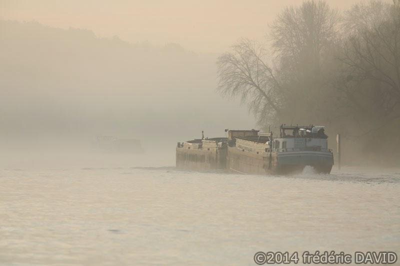péniche brume rivière Seine Seine-et-Marne