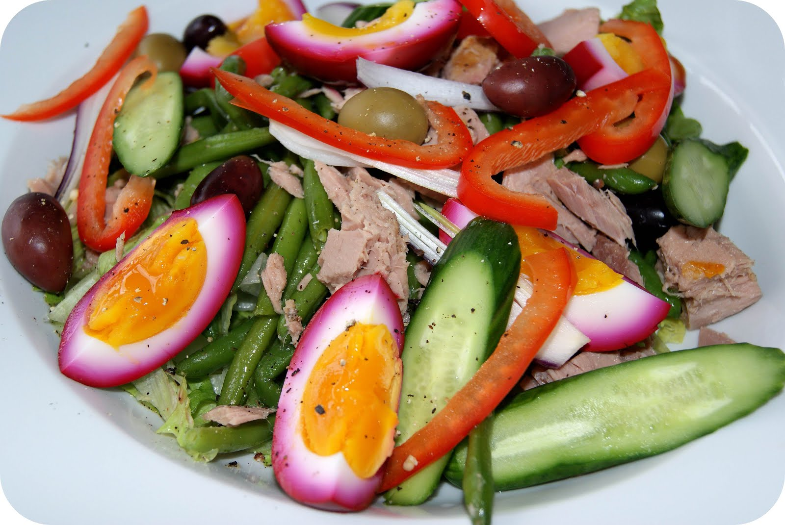 Salade Nicoise med rødbedesyltede æg