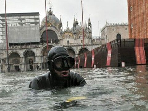 Wah, Venesia Kini Jadi Kolam Renang Raksasa!