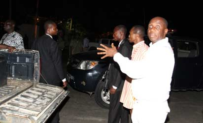 Photos : Police prevent Gov. Amaechi from entering Government House
