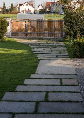 Wege im ländlichen Garten - Granitplatten und Schotterrasen für Hauptwege