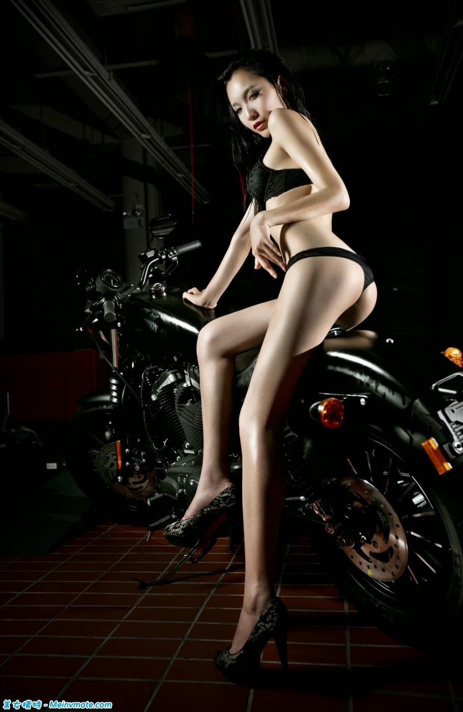 Diao cigarette heavy machine motorcycle girl