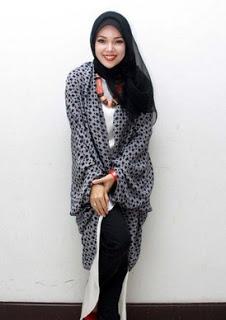 Contoh Hijab Modern Terbaru Ala Dewi Sandra