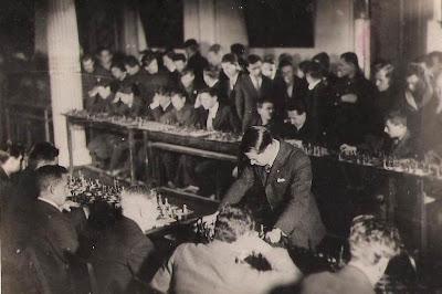 Salomon Flohr en una sesión de simultáneas en 1935