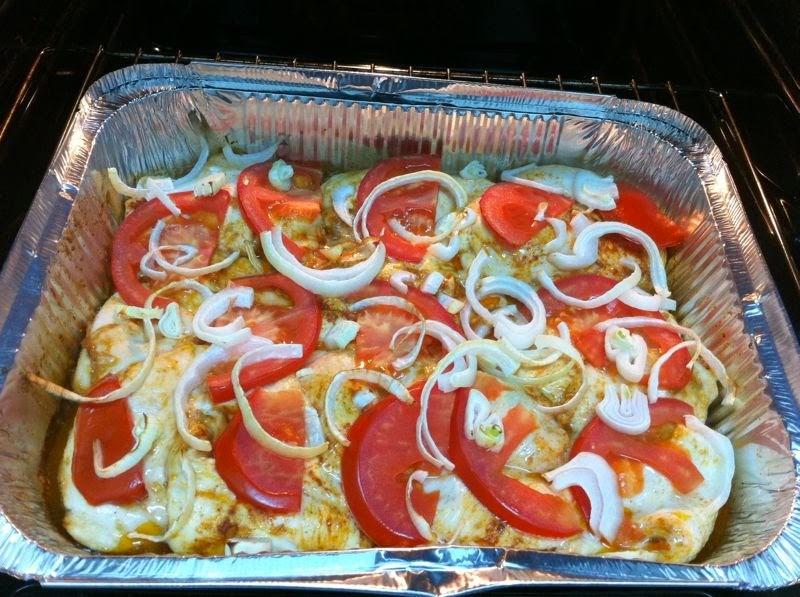 חזה עוף עם עגבניות ובצל בתנור