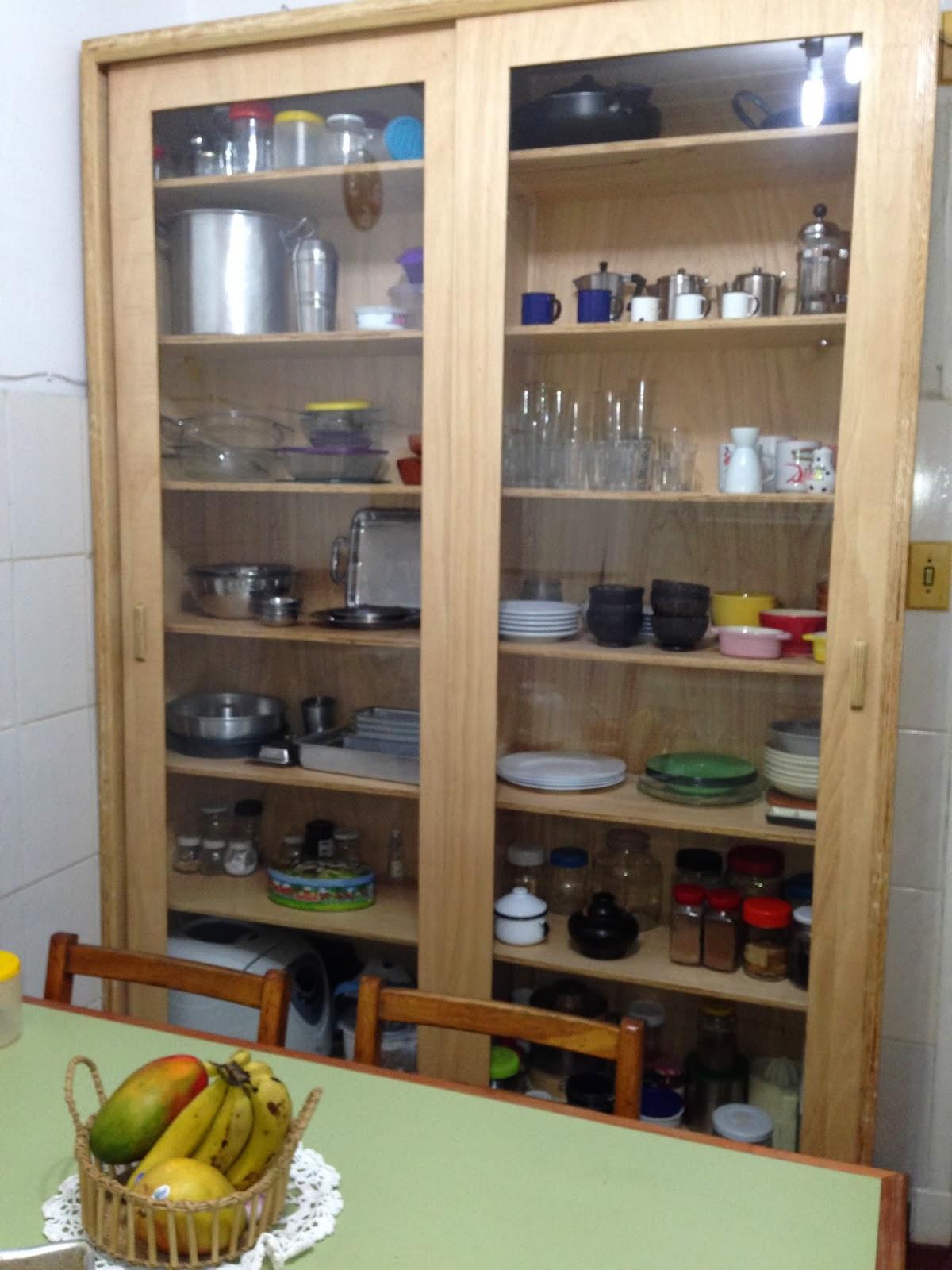 armário de cozinha de madeira compensada e portas de vidro #65482F 1200x1600