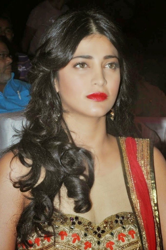 shruti hassan hot cleavage pics