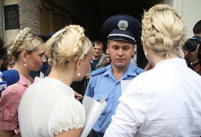 На фото: FEMEN в образе Юлии Тимошенко