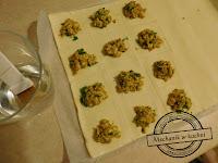 ciastka pierś drobiowa kreatywna kuchnia kreatywne gotowanie facet w kuchni gotuje pyszności na stole zaciekawić gości mechanik w kuchni