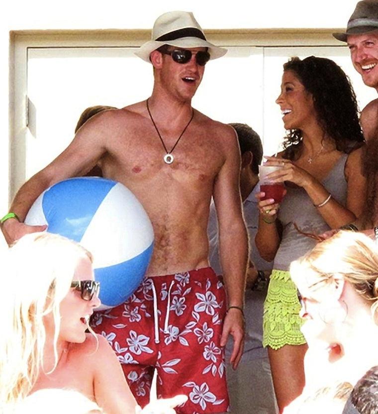Prince Harry parties with bikini-clad women : Celebrities