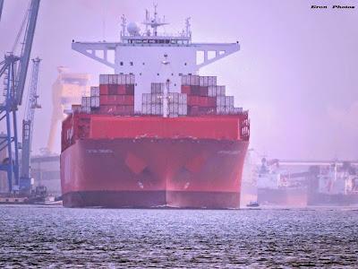 Navio Porta-container, saindo do TC, após operação de carga e descarga.