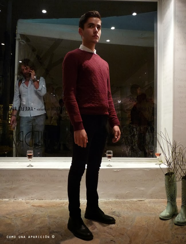 men-fashion-white-shirt-red-sweater-black-skinny-pants-black-boots-como-una-aparición