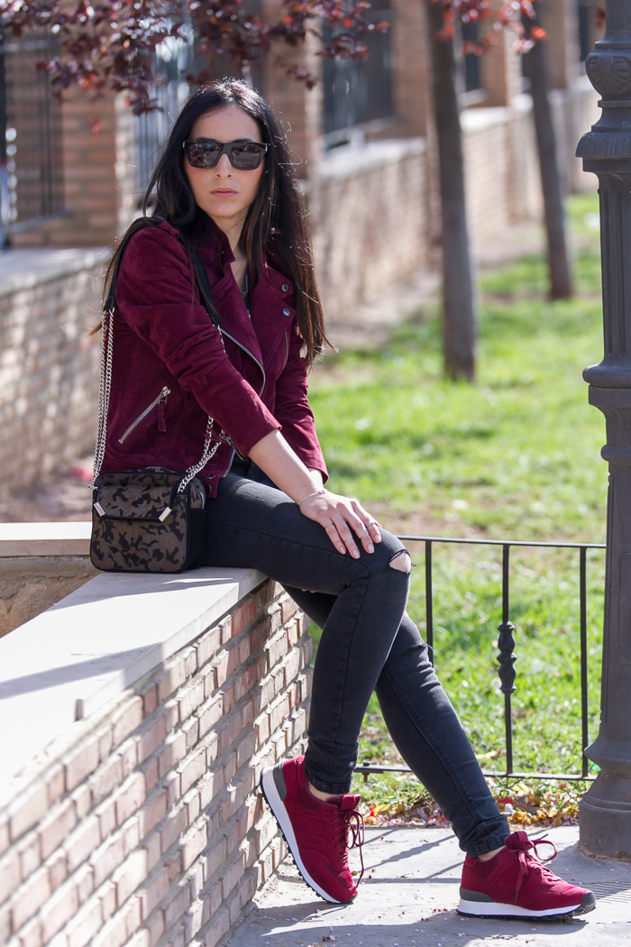 Outfit deportivo con jeans rotos y zapatillas New Balance color Burgundy