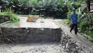 Pria Ini Gali Jalan Desa setelah gagal jadi Lurah