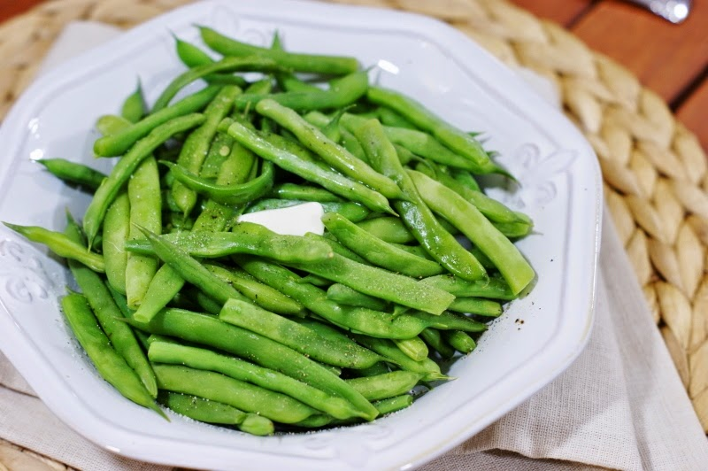 american cuisine and steamed green beans Put the leeks in the water, bring back to the boil, then simmer gently for 1 min add the beans and cook for 2 mins, then add the broccoli and simmer everything for 4 mins finally, add the peas, bring back to the boil and simmer for 1 min more.