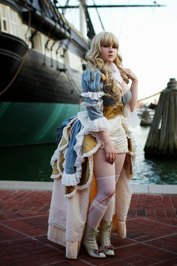 photo de cosplay féminin sexy d'une jeune femme en robe d'époque sur un port devant un bateau