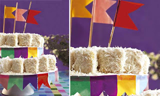 Bolo de coco decorado com bandeirinhas juninas
