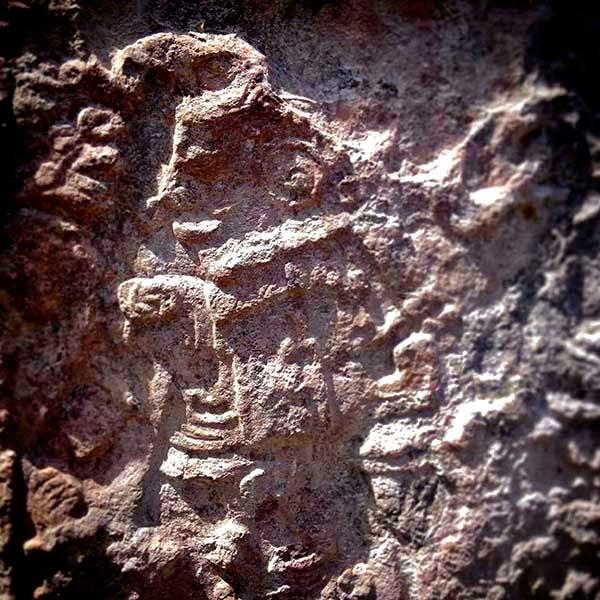 Un alux o duende maya en Calakmul. Siguiendo la costumbre maya, el guía pide permiso a los aludes para que nos permitan visitar sus tierras. Yo, como buen Quijote, creo más en los Guardianes de Bosques y en los Milagros de los Santos que en las promesas de los políticos, los economistas o la prensa.