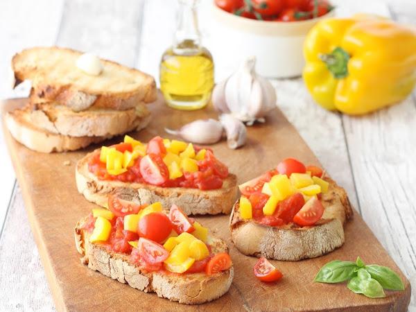 Bruschette con pomodoro e peperoni