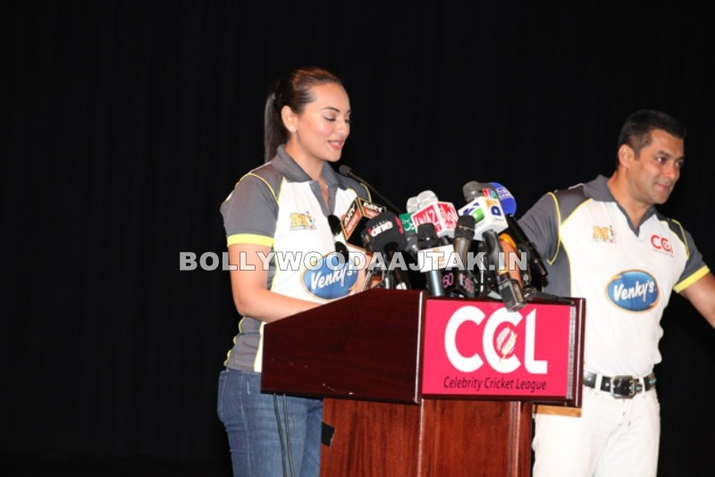 Sonakshi Sinha1 - Sonakshi, Kangana at Celebrity Cricket League Event