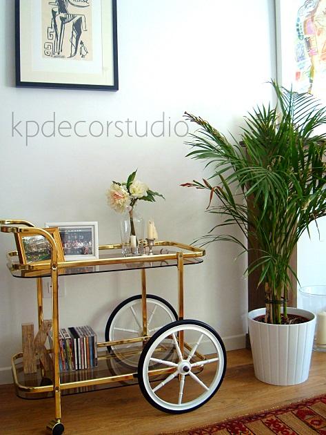 Camareras y mesas auxiliares con ruedas estilo clásico color dorado.