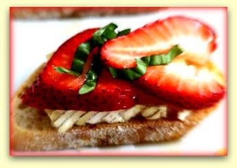 Crostine com morango, mel, brie e manjericão