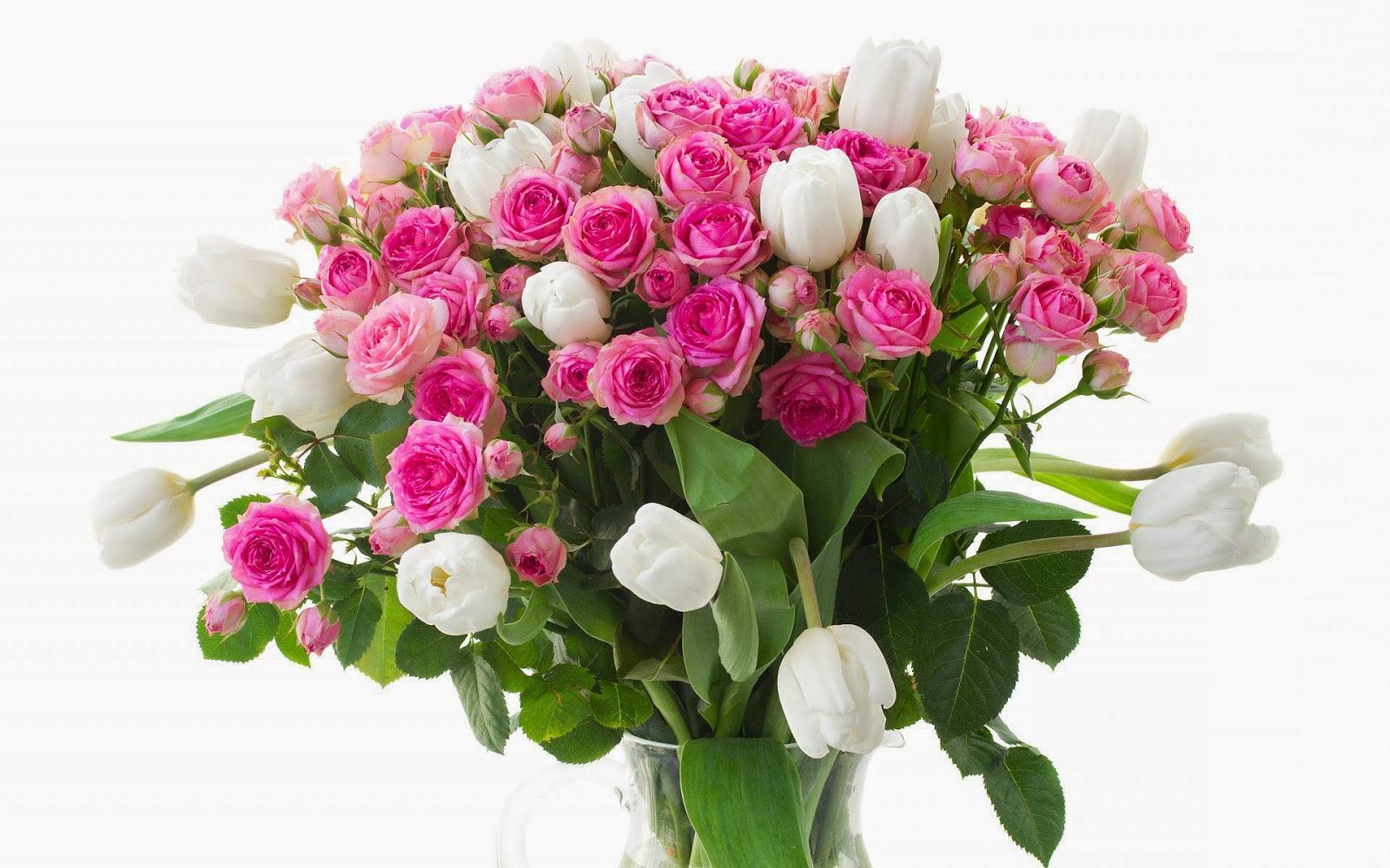 Witte tulpen en roze rozen in een glazen vaas