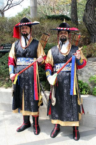 Vestidos como guardias del palacio Deoksugung de Seúl