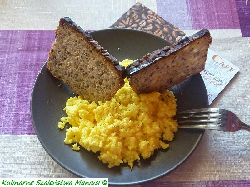 """Jajecznica z żółtym serem :-) z cyklu """"Wypiekanie na śniadanie"""""""