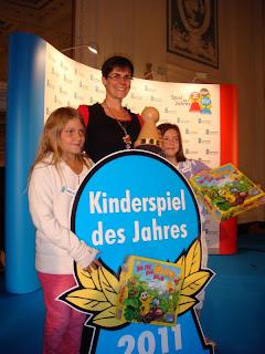 Da ist der Wurm drin - The author Carmen Kleinert with the Kinderspiel des Jahres award